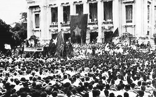  Mít tinh ra mắt Mặt trận Việt Minh tai quảng trường Nhà hát lớn 