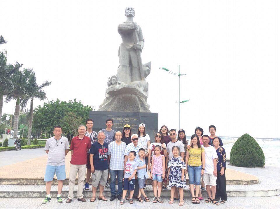 Đoàn IFI chụp ảnh tượng đài mẹ Suốt