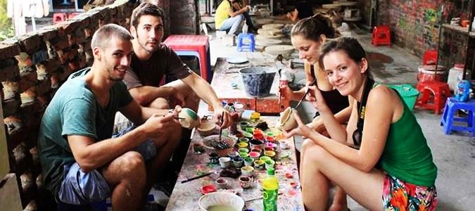 """Le village de poterie Bát Tràng situé à 20 km de l'IFI (on peut y aller en bus) est une destination touristique attrayante pour les étudiants qui peuvent visiter l'ancien village, acheter des céramiques décoratives et surtout réaliser eux-même une """"oeuvre"""" en céramique originale."""