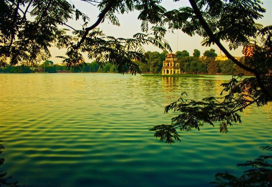 Le Lac de l'Épée restituée (Hồ Gươm) au coeur de Hanoi avec le pont Thê Húc, le temple Ngọc Sơn, la tour de la Tortue qui entretient une célèbre légende selon laquelle le roi Lê Thái Tổ restitua à la Tortue son épée.