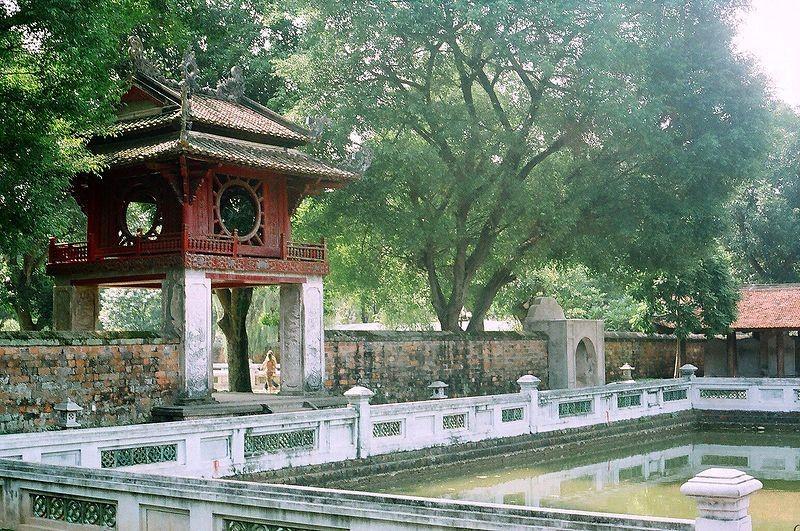 Le temple de la littérature, monument historique et culturel qui tient une place particulièrement importante dans l'histoire du Vietnam, est la première université vietnamienne où l'on peut voir 82 stèles honorant 1306 lauréats entre 1442 et 1779.