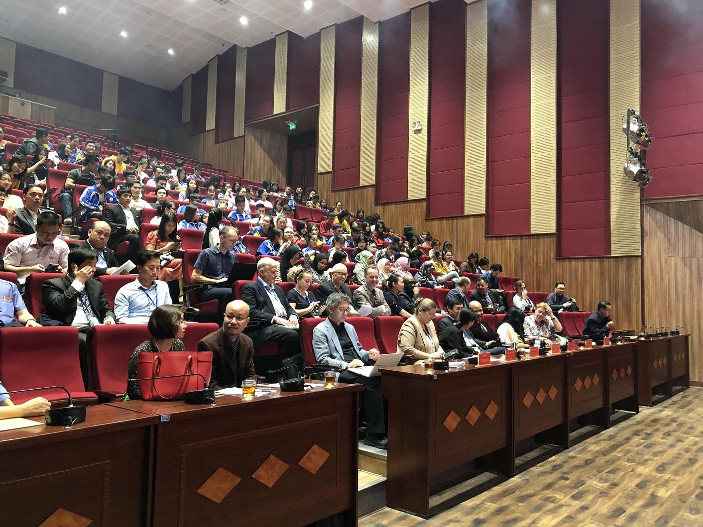Phiên 2 hội thảo được tổ chức tại Đại học Hạ Long