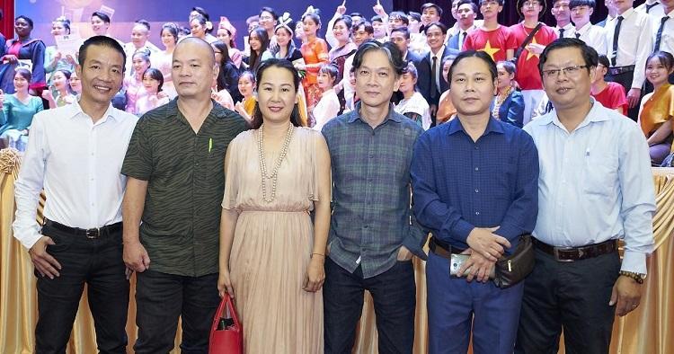 Các giám khảo từ trái sang: nhạc sĩ Nguyễn Vĩnh Tiến, nhạc sĩ Nguyễn Lê Tâm, nhạc sĩ Giáng Son, nhạc sĩ Trần Đức Minh và nhạc sĩ Nguyễn TIến Mạnh.