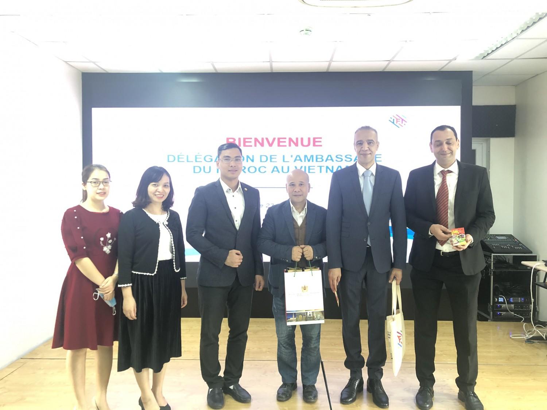 Đại diện IFI và Đại sứ Maroc chụp ảnh lưu niệm